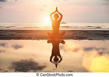 妇女, 瑜伽, 反映, 坐, 莲姿态, 明亮, 水, 在期间, 海滩, 日落, colors.