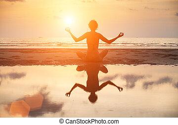 妇女, 瑜伽, 反映, 坐, 莲姿态, 水, 明亮, colors., 在期间, 海滩, 日落