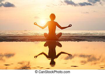 妇女, 瑜伽, 反映, 坐, 莲姿态, water., 在期间, 海滩, 日落