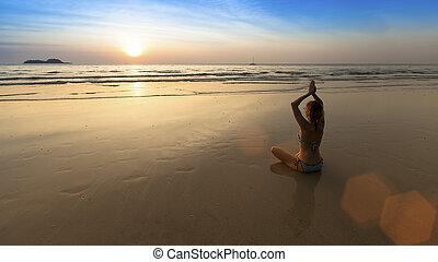 妇女, 瑜伽, 坐, 莲姿态, harmony., 惊人, 在期间, 海滩, sunset.