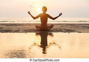 妇女, 瑜伽, (with, 坐, 莲姿态, water), 日落, 在期间, 海滩, 反映