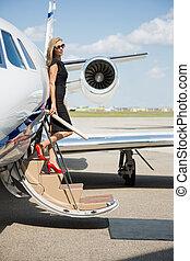 妇女, 登岸, 富有, 私人的喷气机