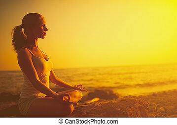 妇女, 莲姿态, 考虑, 日落海滩