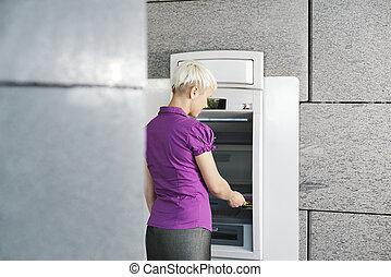 妇女, atm, 撤退钱, 卡片, 年轻