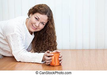 妇女, copyspace, 办公室, 年轻的看, 杯子, 照相机, 手, 桔子, 桌子