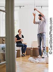 妻, 間, 新しい, ランプ, 供給, 掛かること, 家, 微笑の人