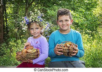 姉妹, フルである, 兄弟, バスケット, mushrooms., 集められた, 夏