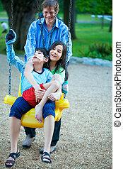 姉妹, 大脳である, 大きい, 変動, 父, 兄弟, 必要性, 不具, palsy., 運動場, 子を抱く, pushes., 持つ, 公園, 特別