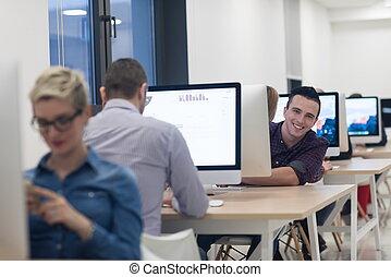 始動, ビジネス, ソフトウェア, デベロッパー, 上に働く, デスクトップコンピュータ