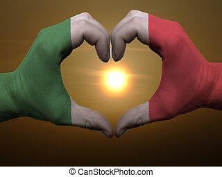 姿态, 做, 在以前, italy标记, 彩色, 手, 显示, 符号, 在中, 心, 同时,, 爱, 在期间, 日出