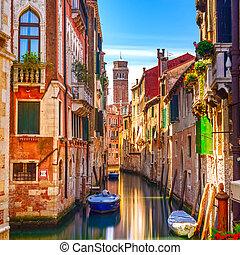威尼斯, 都市風景, 狹窄, 水, 運河, 鐘樓, 教堂, 在背景上, 以及, 傳統, 建筑物。, italy,...