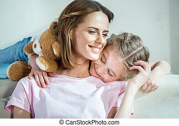 娘, テディ, ソファー, 抱き合う, 熊, 母, 家, 幸せ