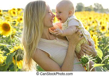 娘, ヒマワリ分野, 母, 赤ん坊, 幸せ
