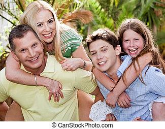 娘, 妻, 父, 息子, piggyback, ∥(彼・それ)ら∥, 裏庭, 与える, 情事