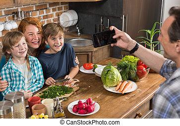 娘, 家族, モデル, 食物, 写真, 取得, 料理, 父, 息子, 携帯電話, 母, テーブル, 痛みなさい, 台所