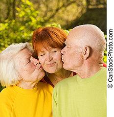 娘, ∥(彼・それ)ら∥, 親, 屋外で, 接吻, シニア