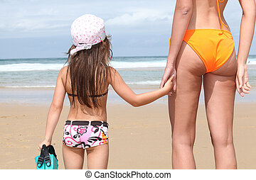 娘, 母, 手を持つ, 浜, 砂