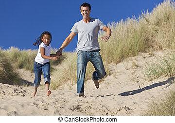 娘, &, 父, 動くこと, 女の子, 幸せ, 浜, 人