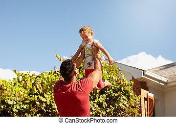 娘, 父, ∥(彼・それ)ら∥, 裏庭, 遊び, 幸せ