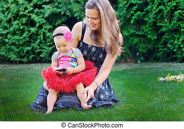 娘, 牧草地, 彼女, 若い, 母親遊び