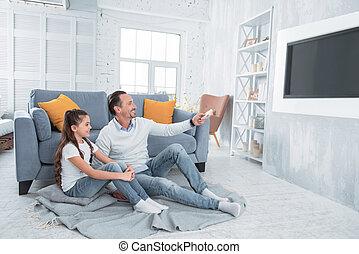 娘, 監視 tv, 父, うれしい, 幸せ