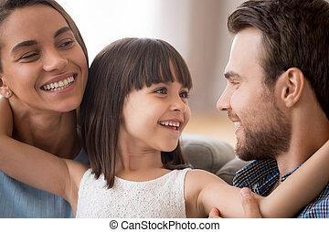 娘, 見る, 親, お母さん, 包含, 微笑, 子供, 幸せ