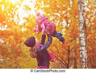 娘, family., 歩きなさい, 秋, お母さん, 赤ん坊