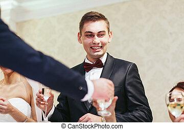 婚約者, 微笑, 間, 飲むこと, へ, ∥, ゲスト