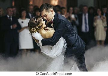婚約者, 手掛かり, 花嫁, 中に, 彼の, 手, 間, ダンス, 中に, ∥, 煙