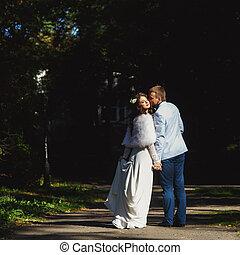 婚約者, 接吻, 花嫁, 中に, ∥, 光線, の, 日光, 歩いている間