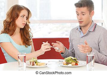 婦女吃, 草莓, 從, 人, 盤子。, 人坐, 驚奇, 以及, 舉起, 手, 在, 沮喪