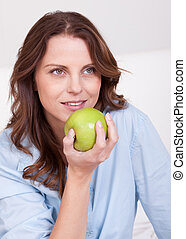婦女吃, a, 健康, 綠色的苹果