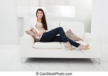 婦女坐, 上, a, 長沙發