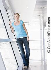 婦女站, 在, 走廊, 微笑
