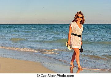 婦女走, 在海灘上
