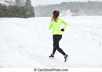 婦女跑, 在戶外, 在, 冬天