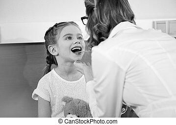 婦女醫生, 檢查, 咽喉, ......的, 微笑的小女孩, 病人, 黑白的照片