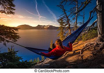 婦女鬆散, 在, 吊床, 火山口湖, 俄勒岡州