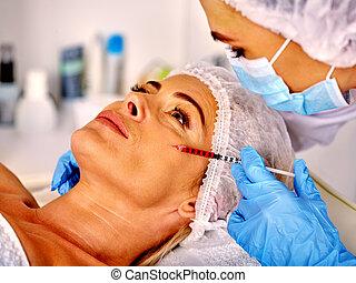 婦女, 中年, 在, 礦泉, 沙龍, 由于, beautician., 女性, 給, botox, injections.