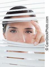 婦女 事務, 年輕, 偷看, 透過, 窗帘