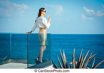 婦女, 享用, 杯香檳酒, 在, the, 海
