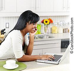 婦女, 使用計算机, 在, 廚房