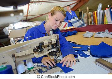婦女, 使用, 縫紉机