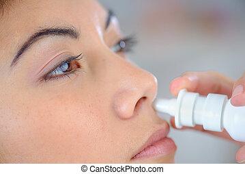 婦女, 使用, a, 鼻的水霧