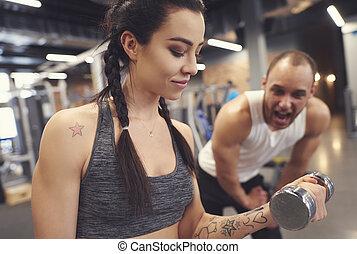 婦女, 做, dumbbell, 會議, 由于, 健身, 教練