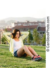 婦女, 做, situps, 練習, 在, 城市公園