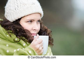 婦女, 包裹, 在, 圍巾, 喝咖啡