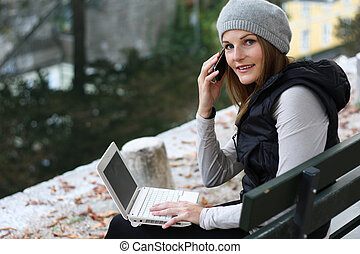 婦女, 在電話上, 以及, 膝上型, 在旁邊, a, 河