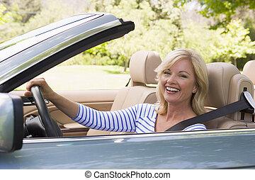 婦女, 在, 敞篷車 汽車, 微笑