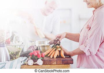婦女, 在, 粉紅的襯衣, 是, 剝, 胡蘿卜